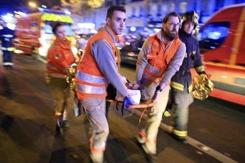 救急車で搬送されるパリ負傷者